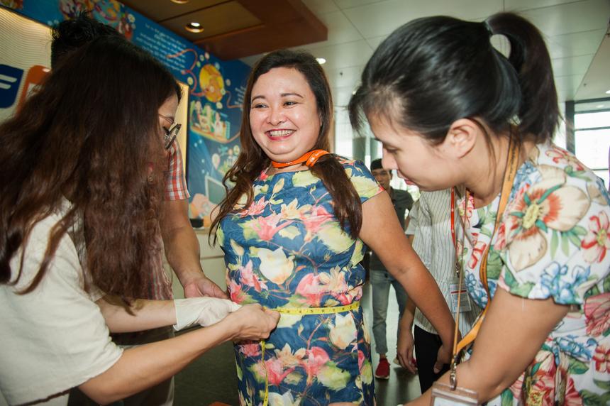 """Chị Nguyễn Thị Hải Vân, Tổng hội FPT Software đạt thành tích 100cm, tự tin trở thành """"Nữ FPT có vòng bụng to nhất"""". Cạnh đó, """"Nam FPT có vòng bụng lớn nhất"""" cũng tạm thuộc về anhLê Hồng Quân,FPT Software, với chỉ số 106cm."""