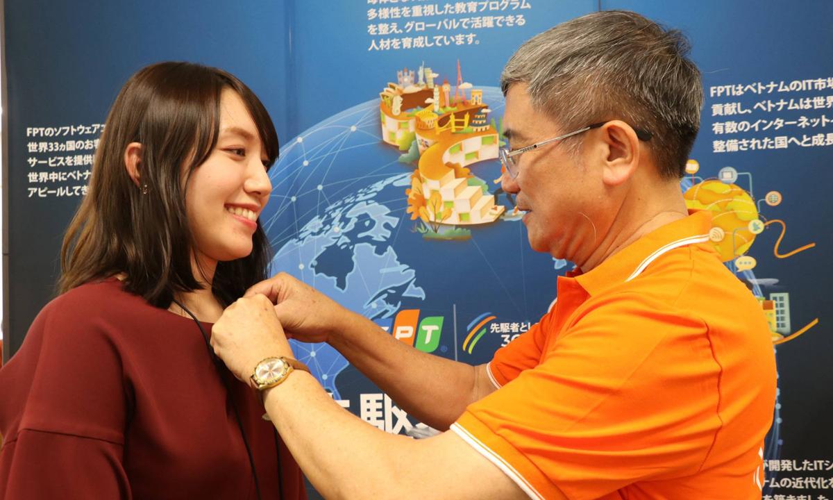Lần lượt 60 CBNV FPT Japan được CEO Bùi Quang Ngọc trao tặng áo và Huy hiệu FPT. Chiều cùng ngày, TGĐ FPT Bùi Quang Ngọc sẽ tham gia lễ khai trương văn phòng FPT Yokohama - chi nhánh thứ 7 của FPT Japan - đặt tại thành phố Yokohama, tỉnh Kanagawa. >>Đại sứ Việt Nam và CEO FPT khai trương văn phòng thứ 7 nhà F tại Nhật