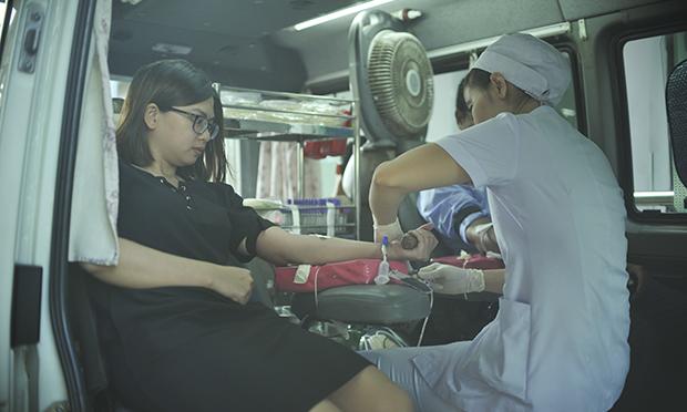 Cùng quan điểm với Vy, chị Hỷ Văn Wa – cán bộ nhà Viễn thông Quốc tế (FTI) bộc bạch bản thân đã từng tiếp xúc với bệnh nhân thật sự cần máu nên chị hiểu lượng máu của bản thân mình cũng rất có ích để cứu sống người khác. Ngoài khu sảnh, Ban tổ chức còn bố trí xe hiến máu cạnh nhà xe để đáp ứng nhanh nhất việc lấy máu giúp người FPT sớm có thể trở lại công việc.