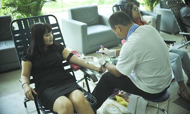 Trong chương trình sáng nay, chị Nguyễn Thị Hữu Quyên - GĐ FPT Tân Thuận (trái) cũng tham gia hiến máu cùng CBNV FPT. Chị hào hứng cho hay, những lần sau chị sẽ tiếp tục tham gia để góp sức mình làm việc tốt cho xã hội.