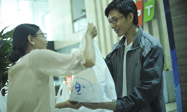 Sau khi tham gia hiến máu, mỗi CBNV ra về sẽ được nhận một phần quà gồm sữa đặc và phiếu ăn sáng miễn phí tại canteen lầu 5.