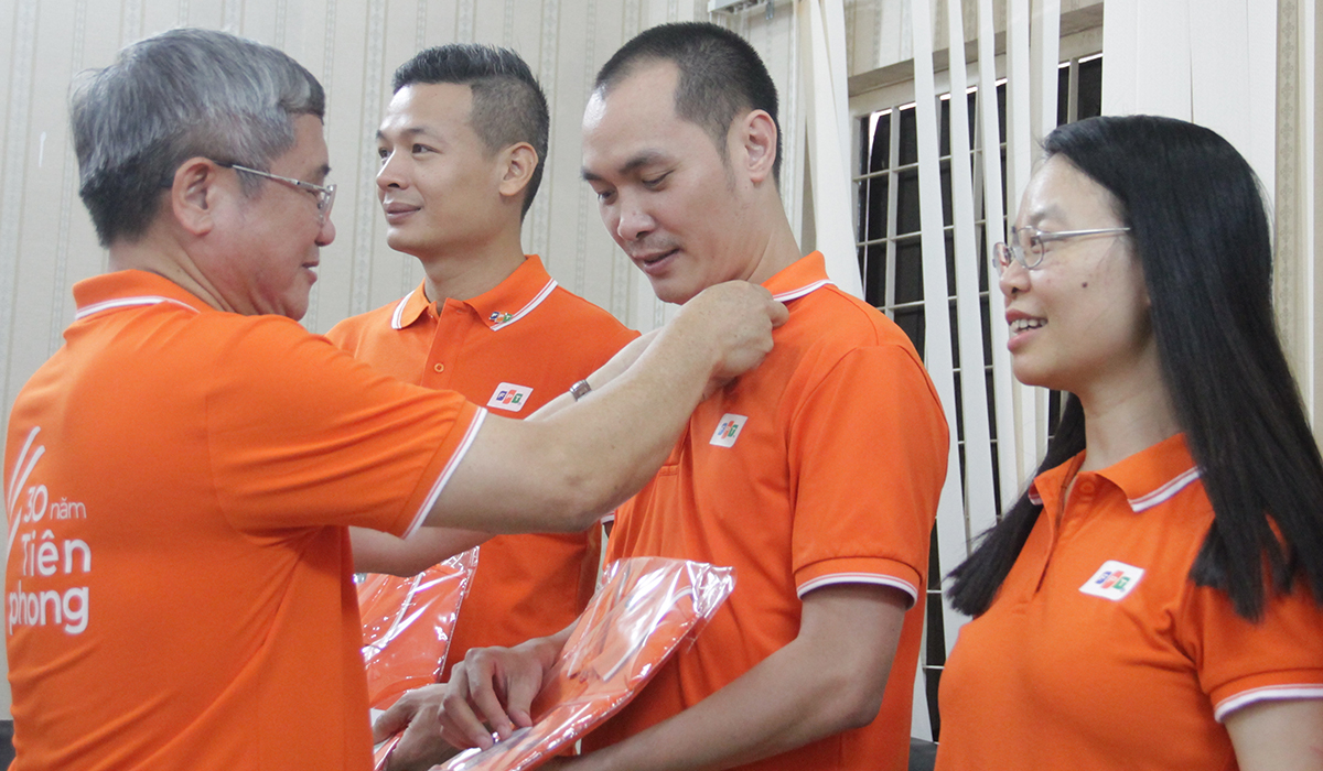 Sáng ngày 26/7, TGĐ FPT Bùi Quang Ngọc đã có mặt tại Đà Nẵng để bắt đầu chương trình trao đồng phục và huy hiệu FPT 30 năm cho toàn thể CBNV. FPT Telecom chi nhánh Đà Nẵng tại đường 2/9 là văn phòng đầu tiên mà CEO ghé thăm và được sự chào đón nồng nhiệt của gần 200 CBNV. Toàn bộ Ban lãnh đạo FPT Telecom trên toàn quốc cũng bất ngờ xuất hiện tại đây để tham dự chương trình.