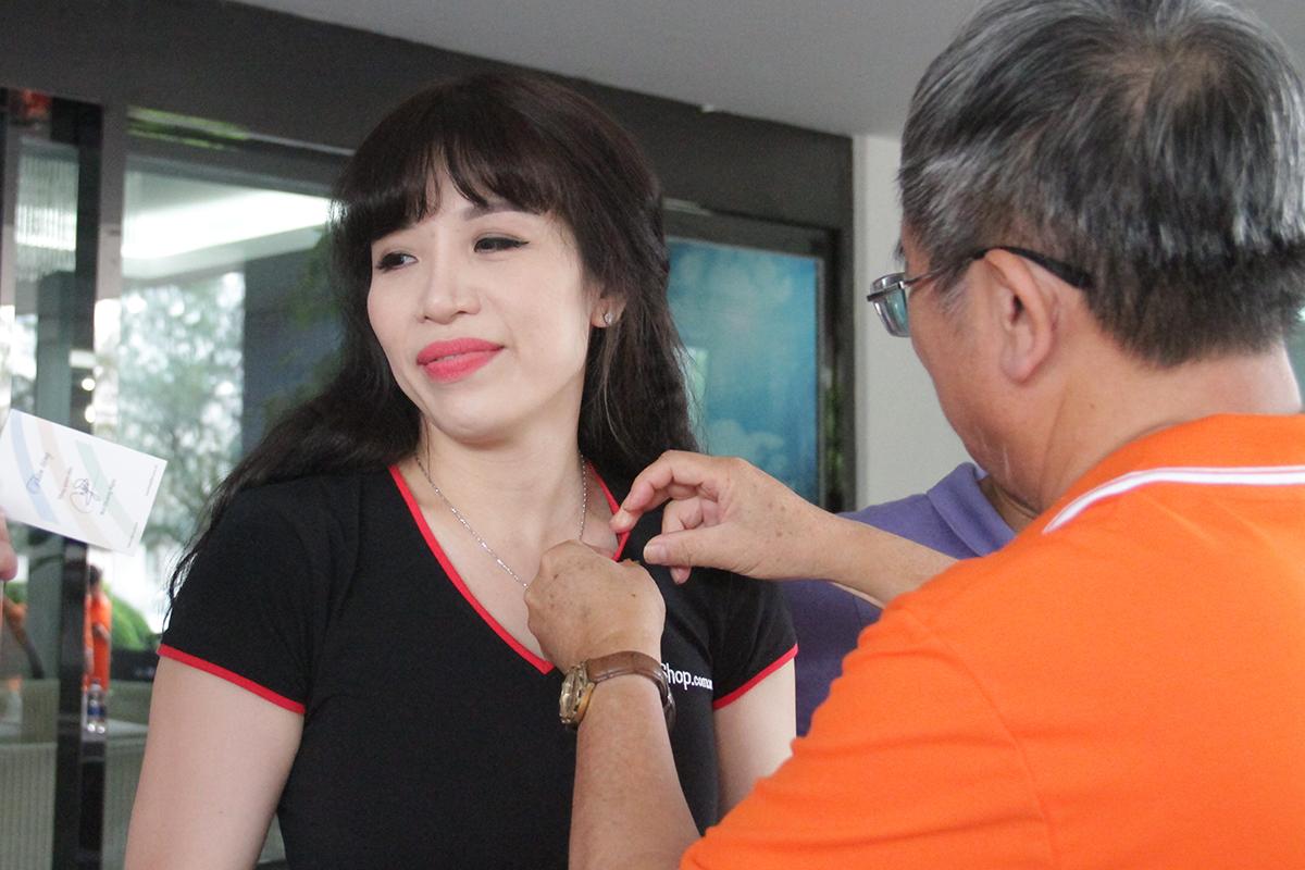 Nữ tướng Nguyễn Thị Thái Hòa, Giám đốc Kinh doanh FPT Retail miền Trung - Tây Nguyên, nhận huy hiệu từ anh Ngọc.