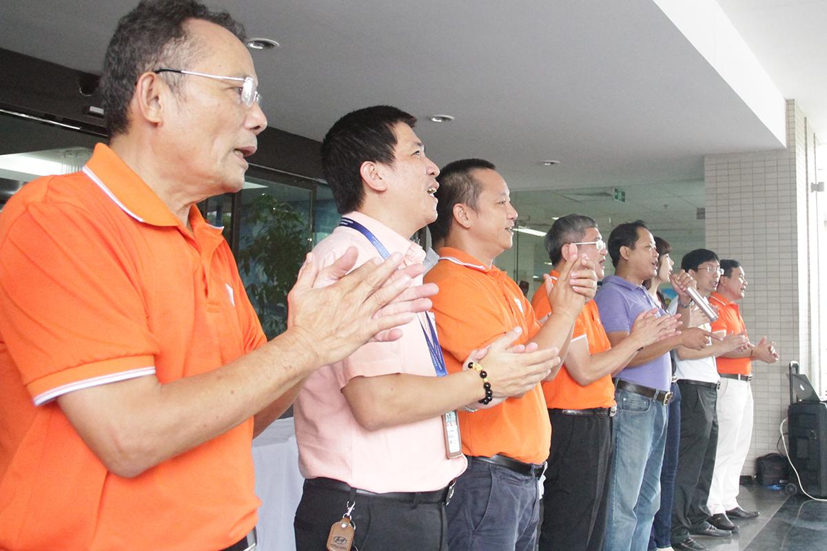 """Toàn thể Ban lãnh đạo FPT cùng CBNV hát vang ca khúc """"Đoàn FPT"""" để kết thúc chương trình. Trước đó, ngày 13/7, CEO FPT Bùi Quang Ngọc cũng đã thực hiện nghi thức trao áo và huy hiệu 30 năm cho CBNV FPT Japan làm việc tại Văn phòng Daimon, Tokyo, Nhật Bản."""