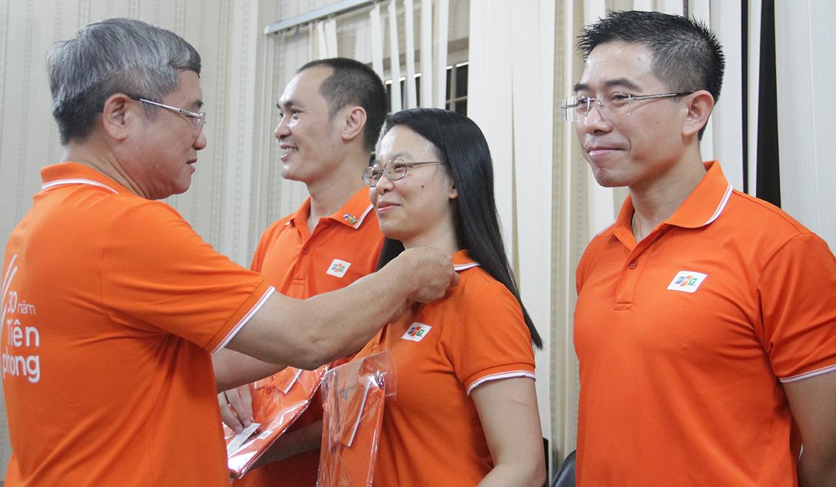 Anh Ngọc đích thân trao áo đồng phục và huy hiệu FPT 30 năm cho toàn thể Ban lãnh đạo FPT Telecom. Chủ tịch HĐQT FPT Telecom Chu Thanh Hà rạng ngời khi được anh Ngọc trao huy hiệu.