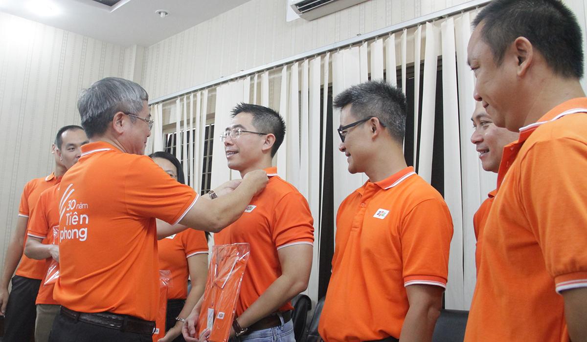 CEO FPT Telecom Hoàng Việt Anh tự hào khi được anh Ngọc trao huy hiệu FPT 30 năm tại Đà Nẵng.