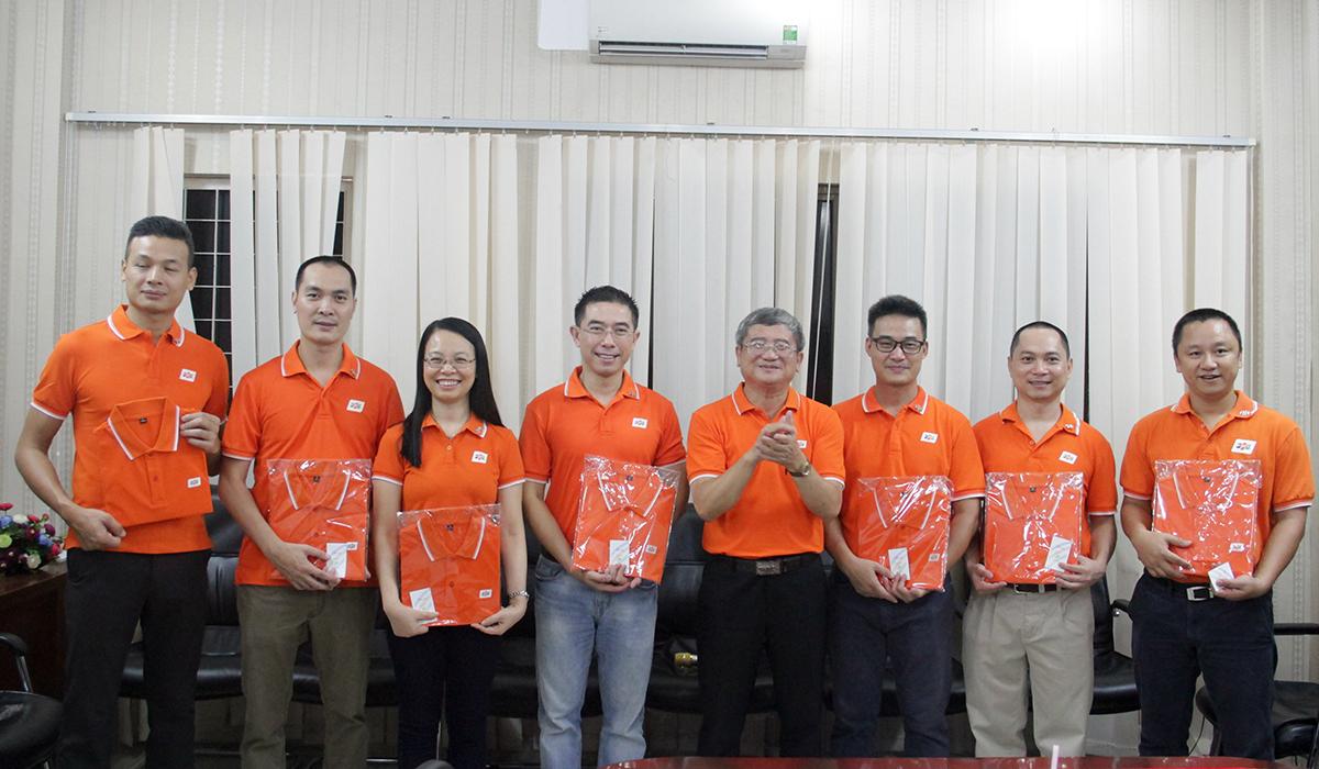 5 PTGĐ Telecom là anh Nguyễn Hoàng Linh, anh Chu Hùng Thắng, anh Vũ Anh Tú, chị Vũ Mai Hương và anh Hoàng Trung Kiên cùng Trưởng bộ phận của các đơn vị thuộc FPT Telecom cũng được anh Ngọc trao áo đồng phục và huy hiệu FPT 30 năm.