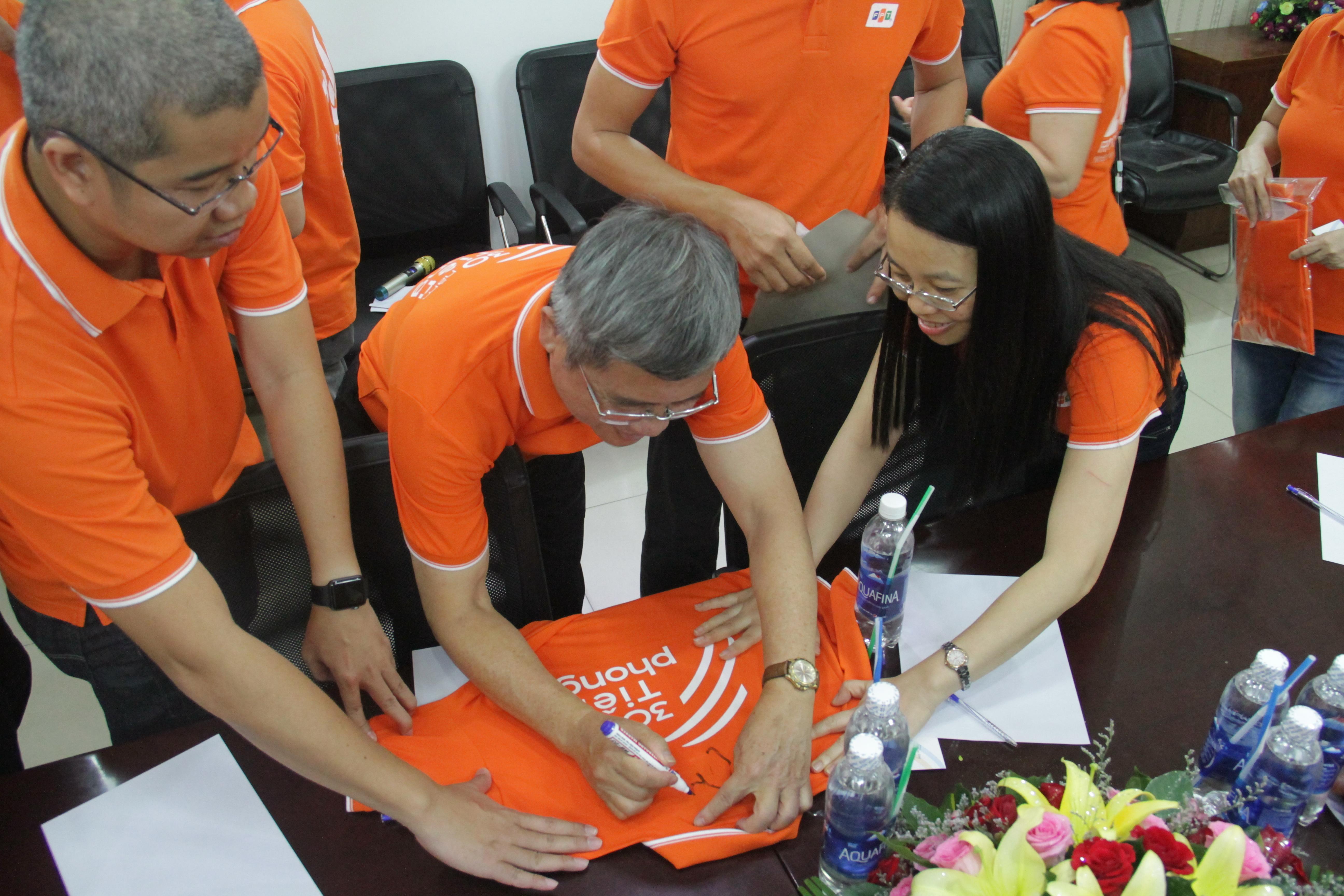 CEO FPT Bùi Quang Ngọc còn ký tặng lên áo đồng phục để nhà 'Cáo' làm kỷ niệm.