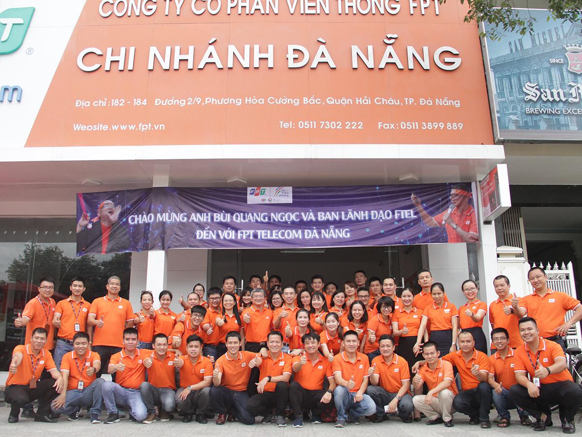 Toàn thể CBNV và Ban lãnh đạo FPT Telecom chụp hình lưu niệm tại văn phòng chi nhánh Đà Nẵng, đường 2/9, TP Đà Nẵng. Dịp này, khoảng 200 CBNV FPT Telecom chi nhánh Đà Nẵng cũng được anh Ngọc trao áo và huy hiệu.