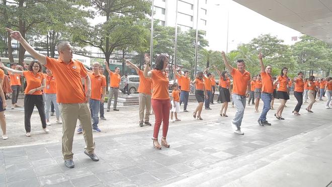 Sau một tháng phát động phong trào mặc áo cam đồng phục đi làm mỗi sáng thứ Hai hằng tuần, các đơn vị trong toàn tập đoàn đều đã nhiệt tình hưởng ứng. Việc mặc áo cam đi làm đang dần trở thành thói quen với người FPT.  Sáng nay, 11/6, CBNV FPT HO tham gia nhảy điệu nhảy FPT 30 năm Tiên phong tại sảnh 0 tòa nhà FPT Cầu Giấy. 100% CBNV FPT HO đều mặc đồng phục áo cam.Ảnh:FUN.