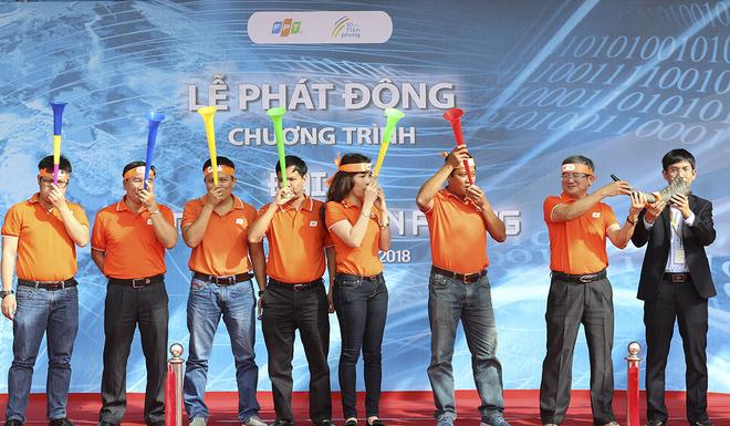 """Chung một nghi thức, lãnh đạo FPT cùng CBNV đồng loạt thổi tù và, thổi kèn vuvuzela, hát vang ca khúc """"Tiên phong FPT""""."""