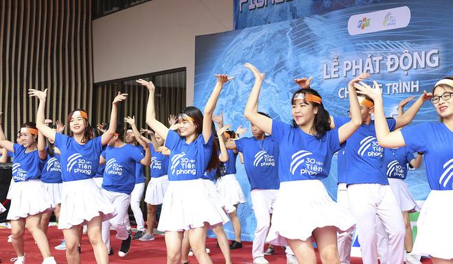 """Điệu nhảy """"FPT 30 năm Tiên phong"""" sôi động, đông đảo CBNV vừa nhảy vừa cổ vũ."""