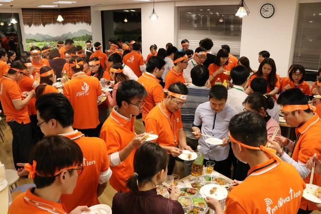 """Kết thúc phần Open Talk, CEO FPT vàtoàn thể CBNV FPT Japancùng nhau dùng bữa ăn nhẹ với các món ăn Việt Nam ngay tại văn phòng chính của FPT Japan tại Daimon, Tokyo, Nhật Bản.  Trong bữa ăn, anh Ngọc luôn nhắc đi nhắc lại: """"Các bạn vẫn luôn được đánh giá là những người giữ được nhiều nét/chất truyền thống của FPT nhất. Bên cạnh đó, các bạn không chỉ mang trí tuệ Việt Nam ra nước ngoài, mà còn là người mang những công nghệ mới nhất của thế giới ngược về Việt Nam""""."""