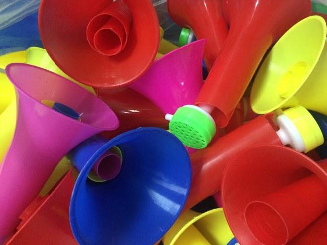 Bên cạnh chiếc tù và đặc biệt còn có sự xuất hiện của hàng trăm chiếc kèn Vuvuzela với đủ sắc màu rực rỡ là đạo cụ cho buổi lễ phát động sáng 12/1.