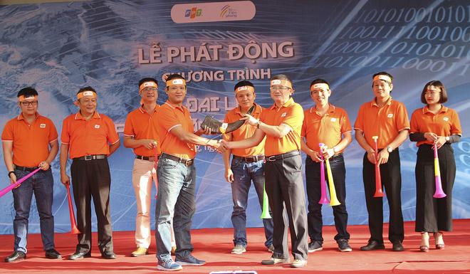 TGĐ FPT Bùi Quang Ngọc cùng lãnh đạo các đơn vị FPT thành viên tại miền Trung thổi tù và trong sự cổ vũ của toàn thể người FPT. Bên dưới, CBNV cũng thực hiện nghi thức thổi kèn vuvuzela, tạo thành âm thanh cộng hưởng vô cùng rộn ràng.