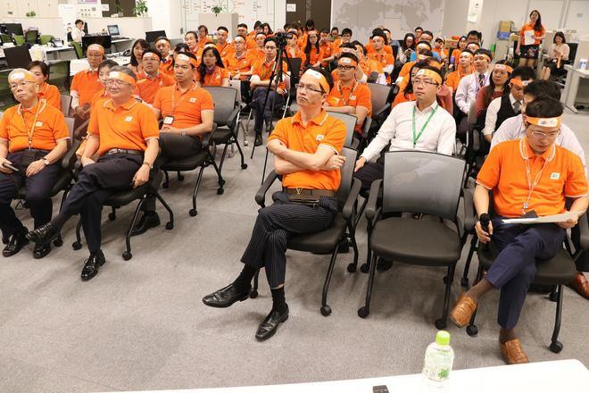 Chiều tối ngày 11/4, tại văn phòng FPT Japan, TGĐ Bùi Quang Ngọc đã có buổi chia sẻ và giao lưu với CBNV đơn vị toàn cầu hoá lớn nhất nhà F về tinh thần Tiên phong của tập đoàn trong chặng kế tiếp chuỗi chương trình phát động Đại lễ FPT 30 năm.  18h30, nhiều CBNV FPT Japan đang bận làm việc ở các văn phòng của khách hàng tại khu vực Tokyo cũng tranh thủ về dự buổi phát động. Mở đầu buổi lễ, toàn thể CBNV FPT Nhật Bản xem một video giới thiệu chặng đường 30 năm của FPT.