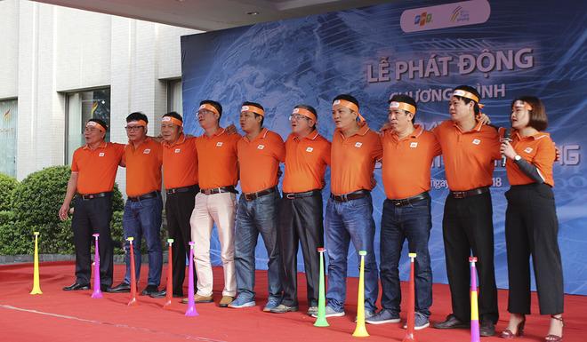 """Lãnh đạo cùng CBNV hát vang giai điệu quen thuộc """"FPT - Dòng sông lời thề""""."""