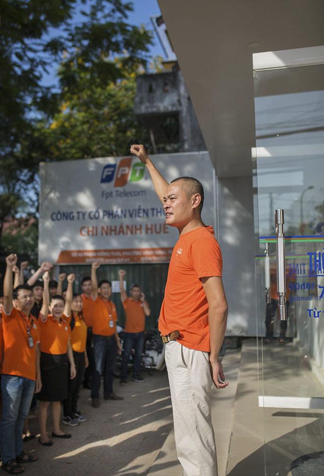 Anh Phan Hữu Hùng, GĐ chi nhánh, cùng 170 CBNV thể hiện quyết tâm tăng trưởng để hưởng ứng sinh nhật lần thứ 30 của tập đoàn cũng như nêu cao tinh thần người FPT trong tất cả hoạt động phong trào.