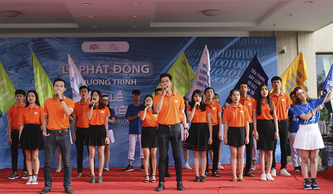 """Tương tự như Hà Nội và TP HCM, người FPT miền Trung cũng được chứng kiến màn ra mắt ca khúc """"Tiên phong FPT"""" của nhạc sĩ Trương Qúy Hải và điệu nhảy FPT 30 năm."""