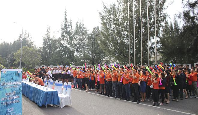 """Trước khi rời tòa nhà FPT Massda để sang FPT Complex, khoảng 400 người FPT cùng nhau hô to khẩu hiệu: """"Tiên phong – Công nghệ - Toàn cầu"""", đồng thời thổi hồi kèn dài."""