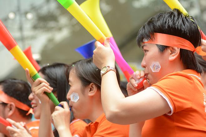 """Sau khi Chủ tịch FPT nổi hồi tù và tượng trưng cho lời hiệu triệu tinh thần đoàn kết, lập tức FISers đáp lại bằng tiếng kèn vuvuzela thể hiện tinh thần quyết tâm hòa nhịp """"Tiên phong""""."""