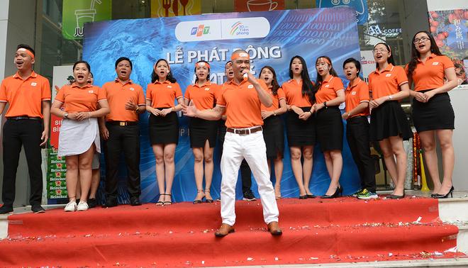 """Ngay sau đó, """"Tiên phong FPT"""" do nhạc sĩ Trương Quý Hải sáng tác tiếp tục cất cao, vang xa truyền cảm hứng cho FISers."""