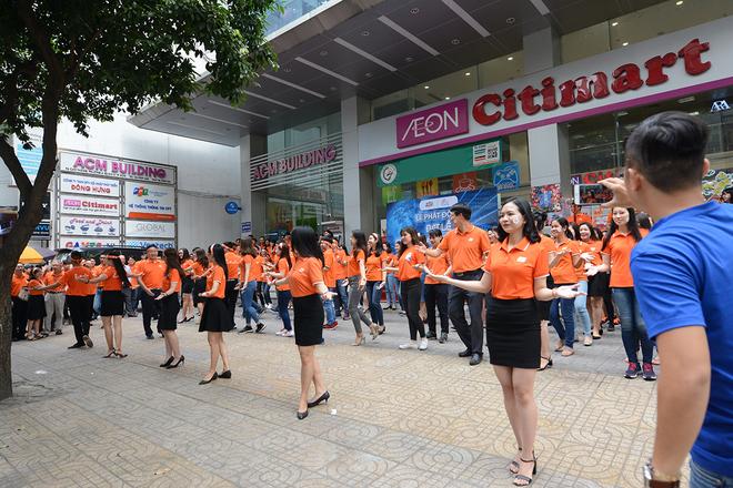"""Sau lễ phát động diễn ra tại tòa nhà FPT Tân Thuận, trưa ngày 17/1, bầu không khí rộn ràng của FPT 30 năm Tiên phong tiếp tục lan tỏa đến """"đại bản doanh""""FPT IS HCM.Thay vì tổ chức trong không gian văn phòng, FPT IS HCM chọn mặt tiền của tòa nhà ACM làm địa điểm phát động buổi lễ."""