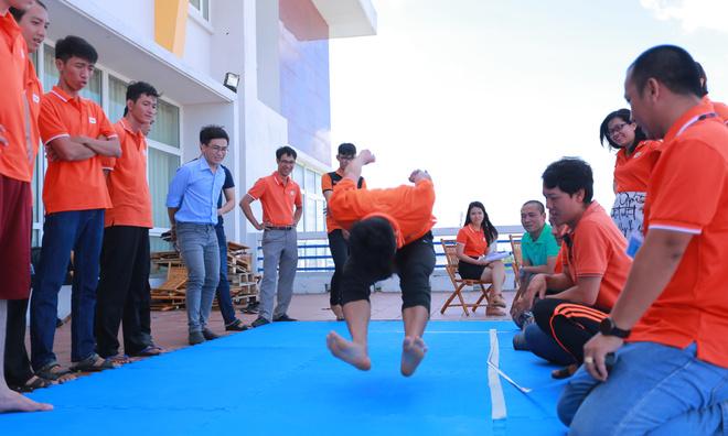 Ở lượt nhảy thứ 5, anh Nguyễn Phúc Thịnh từ ĐH FPT đã làm nên đều bất ngờ với thành tích 262 cm, vượt mức bật tốt trước đó. Đây cũng là kỷ lục bật xa nhất của người nhà F Cần Thơ.