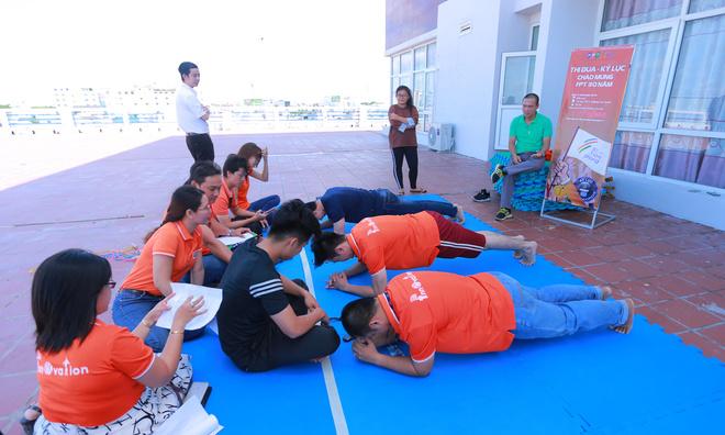 Plank là môn thi chính thức thứ 5.Plank là bài tập rất đơn giản - chỉ gồm một động tác duỗi thẳng người và chống tay xuống sàn. Bạn giữ được tư thế này càng lâu càng tốt.
