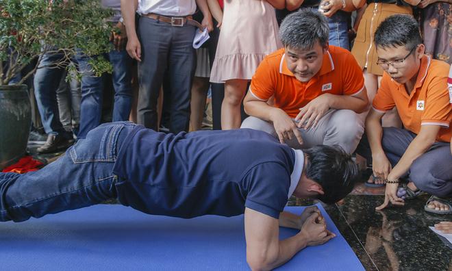 Diễn ra đầu tiên là bộ môn Hít đất. Ở nội dung này, người chơi nằm chống tay xuống sàn, sau đó dùng lực tay để nâng cơ thể lên và hạ xuống. Đồng thời, hai bàn tay phải ở ngay dưới vai (vuông góc), từ vai đến gọt chân phải thẳng (hông không cao quá hoặc thấp quá), sau đó hạ cơ thể cho đến khi ngực gần chạm sàn (cách 1-2cm), nâng cơ thể cho tới khi thẳng tay. Người chơi hoàn thành nhiều lượt hít đất nhất trong 1 phút là người chiến thắng. Mỗi lượt hít đất được tính là hoàn thành 1 lần nâng lên và 1 lần hạ cơ thể xuống theo yêu cầu.  Trong hình: Phó TGĐ FPT Telecom - anh Chu Hùng Thắng đang cổ vũ, động viên nhân viên đơn vị.