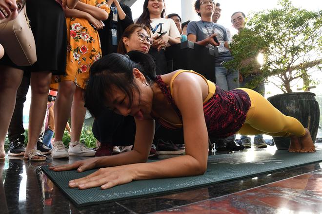 Bộ môn Plank với 9 người tham gia thi đua. Nội dung yêu cầu người tham gia nằm sấp xuống sàn, chống hai khủy tay vuông góc ngay dưới vai, nhón hai mũi chân lên và nâng người lên giữ lưng, hông và đầu thẳng hàng. Đồng thời, người chơi phải giữ nguyên tư thế. Ai giữ được tư thế như mô tả lâu nhất là người chiến thắng.  Chị Hà Kiều Diễm, Synnex FPT, tham gia bộ môn Xoạc và Plank, trước khi thi đấu chị tự tin mình sẽ đạt kỷ lục. Chị đánh giá phong trào thi đua kỷ lục rất hay mang đến tinh thần vượt qua chính mình, thử thách nhân viên vươn lên những mục tiêu mới.  Ở bộ môn này, thành tích tốt nhất là 6p53s.
