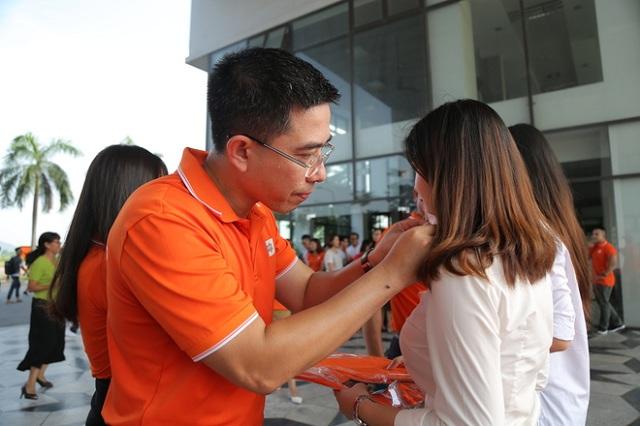 PTGĐ FPT ''toát mồ hôi'' khi gắn huy hiệu cho các nữ cán bộ nhân viên xinh đẹp của Tổ chức Giáo dục FPT.