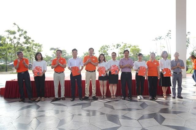 Sau 20 phút, khoảng 200 huy hiệu được trao cho CBNV Tổ chức Giáo dục FPT.