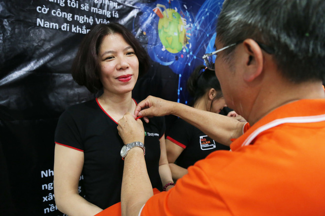 Tại tòa nhà Zodiac, Duy Tân, Cầu Giấy, hai đơn vị FPT Retail và Synnex FPT hào hứng đón nhận áo và huy hiệu từ CEO Bùi Quang Ngọc.
