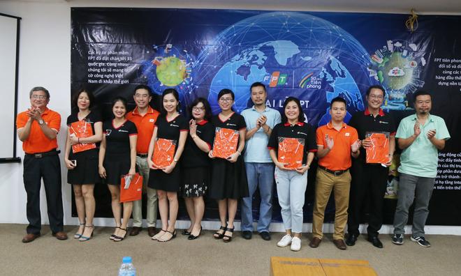 Lần đầu tiên được nhận huy hiệu FPT, chị Lưu Hoàng Thu, Synnex FPT, phấn khởi cho biết: ''Món quà tuy nhỏ nhưng thực sự rất ý nghĩa khi đích thân TGĐ FPT trao tặng cho CBNV công ty''.