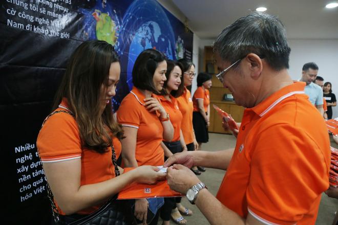Trước đó, ngày 13/7, CEO FPT Bùi Quang Ngọc đã thực hiện nghi thức trao áo và huy hiệu 30 năm cho CBNV FPT Japan. Ngày 26/7, 1.000 huy hiệu và đồng phục đã được người đứng đầu nhà F trao tận tay CBNV ở thủ phủ miền Trung.  Ngày 2/8, CEO FPT sẽ tặng áo và huy hiệu cho CBNV FPT HO và FPT Online.