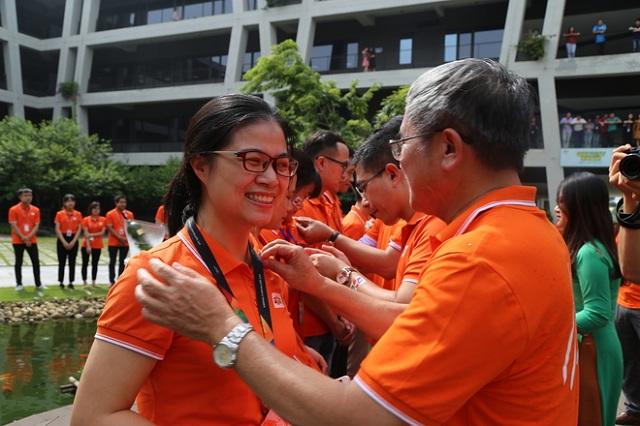 Nhân viên FPT Software được anh Ngọc tận tay trao tặng huy hiệu và áo FPT.Anh Phạm Minh Thành, FSU2, tâm sự: ''Tôi rất xúc động và tự hào khi là một thành viên của nhà F. Hiếm có công ty nào mà đích thân TGĐ trao tặng quà cho từng nhân viên công ty''.