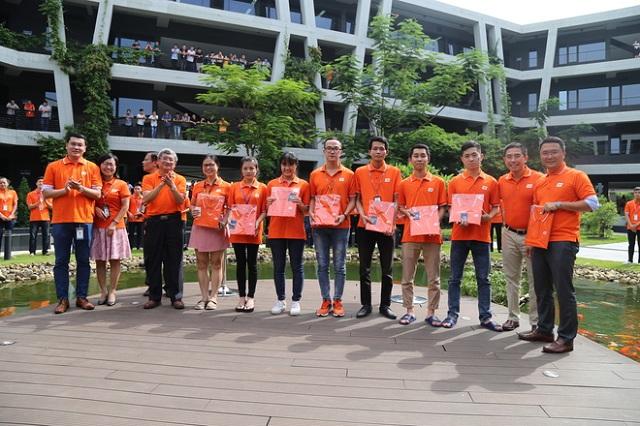 Triệu Ngọc Tú, FPT Global Automatic, bày tỏ món quà mang giá trị tinh thần lớn này đã khích lệ tinh thần, niềm tin và tình yêu của CBNV với công ty. Cô cho hay mình sẽ mặc áo cam và đeo huy hiệu thường xuyên.