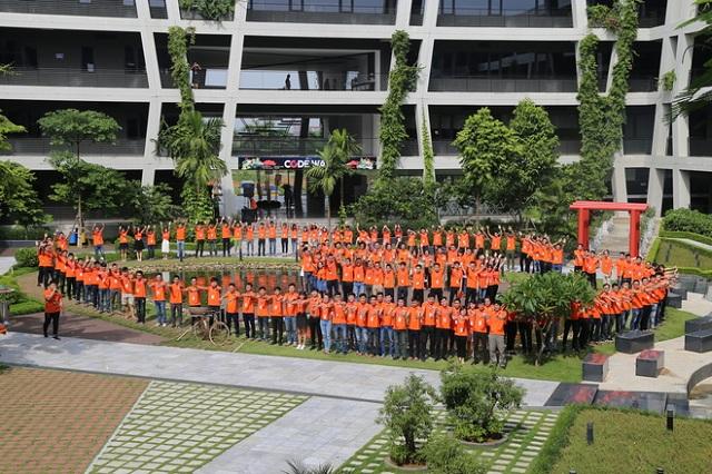 Kết thúc phần trao áo và huy hiệu, CEO FPT Bùi Quang Ngọc cùng toàn thể CBNV nhà Phần mềm chụp ảnh lưu niệm.