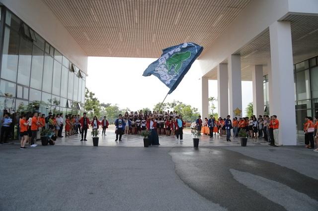 Tại ĐH FPT, gần 200 CBNV đã chào đón lãnh đạo FPT với điệu nhảy truyền thống Nhật Bản - Yosakoi.