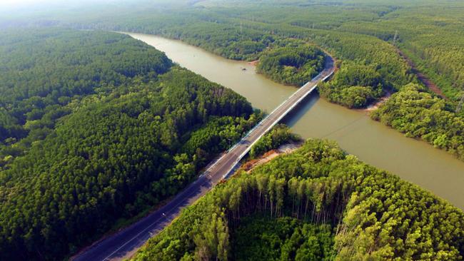Rời TP HCM, người nhà F sẽ đi qua các danh thắng nổi tiếng: cầu Rạch Miễu, chùa Khmer, cầu Cổ Chiên.