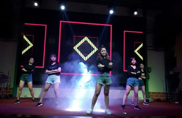Nếu như các tiết mục trước mang đậm dấu ấn ma mị, các cô gái FPT Polytechnic một lần nữa phá vỡ không gian đêm nhạc bằng bản cover Bboom Bboom theo phong cách trẻ trung, năng động.