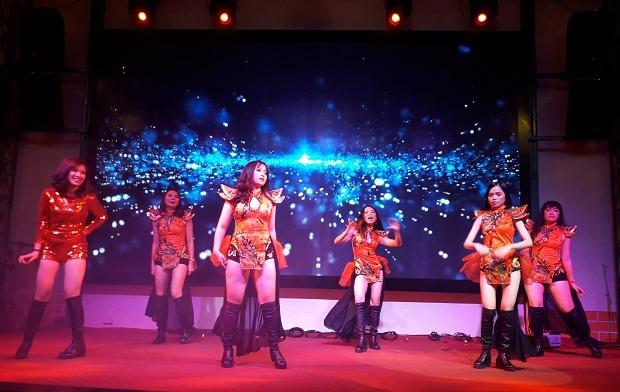 """Phần giao lưu kết thúc cũng là lúc các cô gái đến từ Viện Đào tạo Quốc tế (FAI) cover ca khúc """"Bùa yêu"""" của ca sĩ Bích Phương. Trang phục ma mị, động tác nhảy mạnh mẽ, uyển chuyển, các cô nàng váy đỏ khiến trái tim người hâm mộ """"rung rinh""""."""