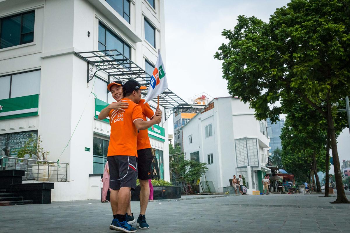 Theo lịch trình, 179 vận động viên chạy tiếp sức từ Tòa nhà FPT Duy Tân, Cầu Giấy, qua Hà Nam tới Ninh Bình.