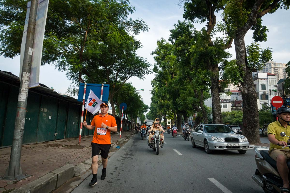 Sáng sớm trong lành, các vận động viên FPT Telecom Hà Nội miệt mài đưa lá cờ về phương Nam.