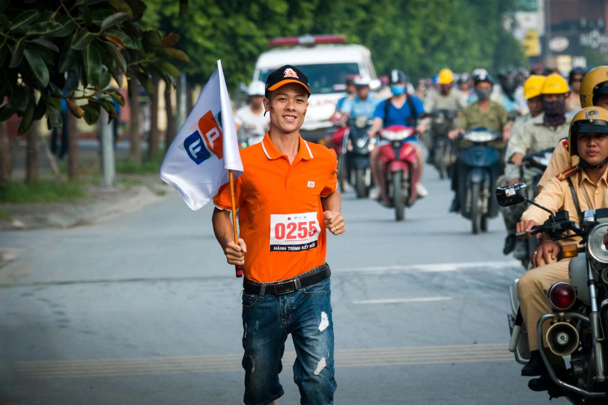 """Dù phải dậy sớm hơn ngày thường, các vận động viên Hành trình kết nối vẫn luôn nở nụ cười khi chạy.Đoàn chạy của nhà """"Cáo"""" đã thu hút sự chú ý của người dân hai bên đường."""