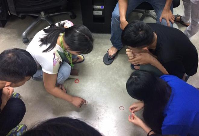 Tại các BU, trò chơi búng dây su cũng diễn ra sôi nổi. Người chơi để hai sợi dây su ở khoảng cách đối diện, lần lượt từng người búng. Khi búng sợi dây của mình nằm trên dây đối phương là chiến thắng một lượt. Tiếp tục ai thắng 3 lượt trước là thắng.