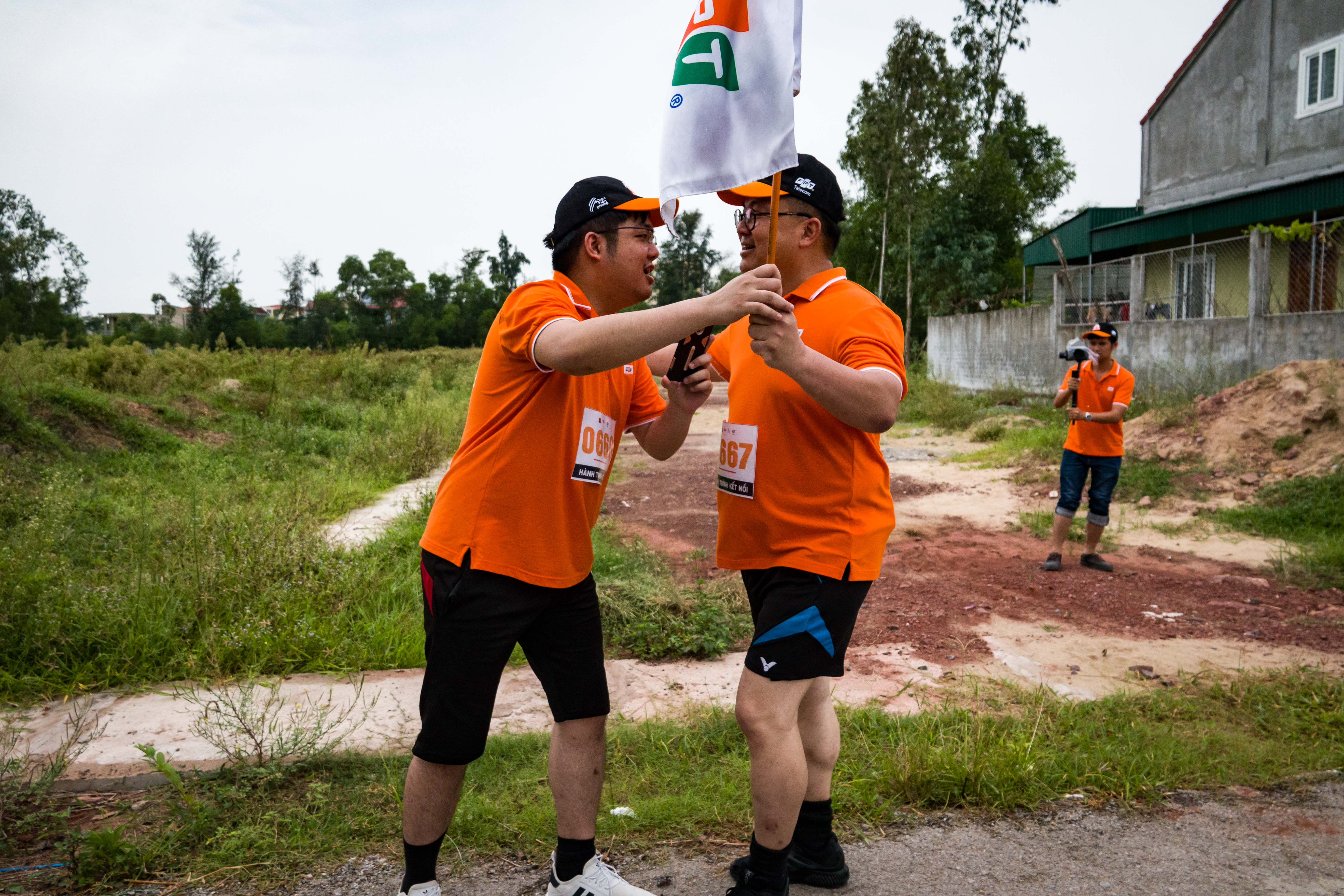 Ngoài ra, chạy nối tiếp anh Tiến còn có con trai anh là Hoàng Nam Hải. Anh Hải thử sức quãng đường 900m do anh không thể chạy được lâu vì lý do chấn thương chưa phục hồi.