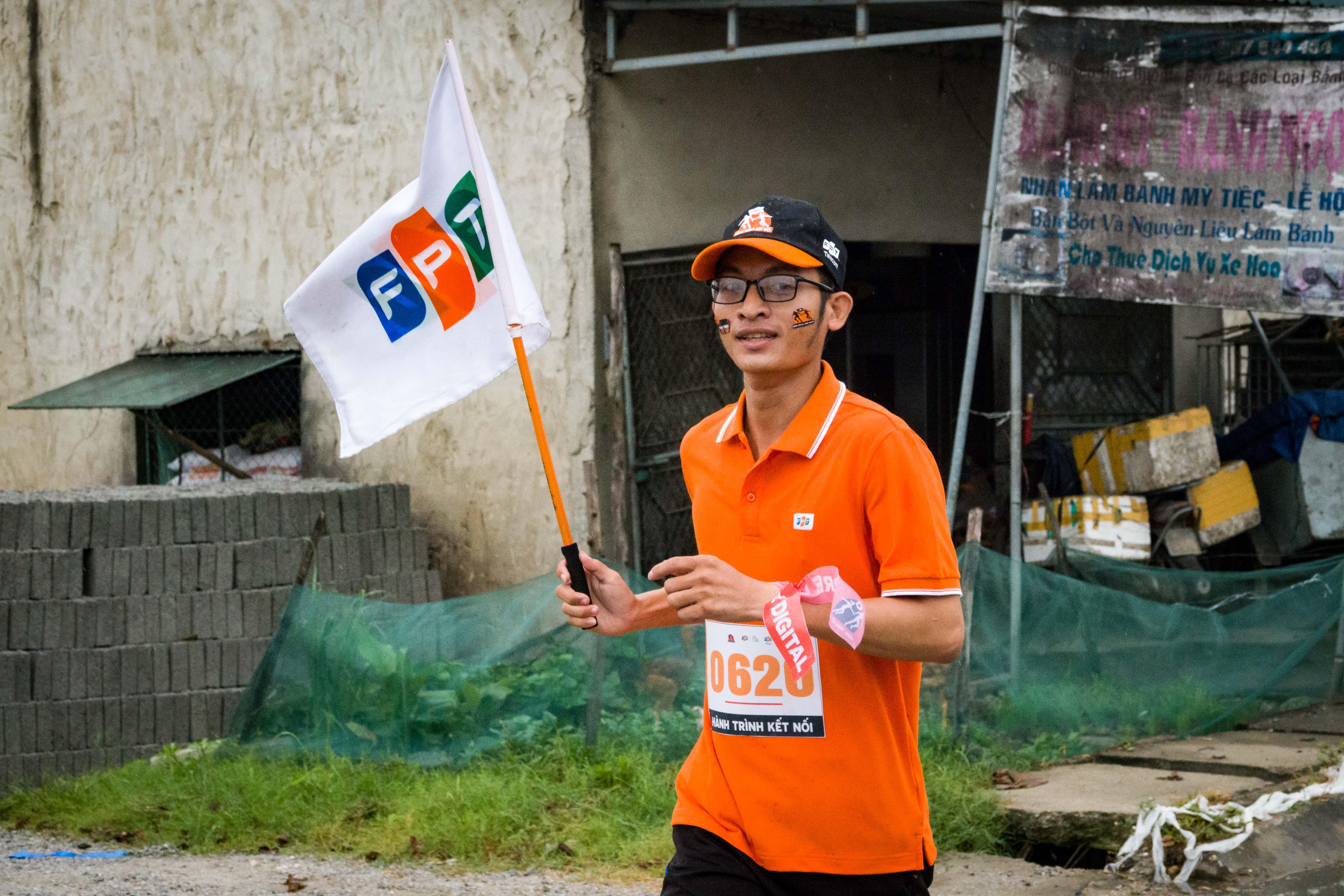 """Anh Đậu Đức Phong, số thứ tự 620, bộc bạch: """"Anh em chúng tôi đã có thời gian chuẩn bị cả tháng trời nên một chút mưa không làm ảnh hưởng đến tinh thần""""."""
