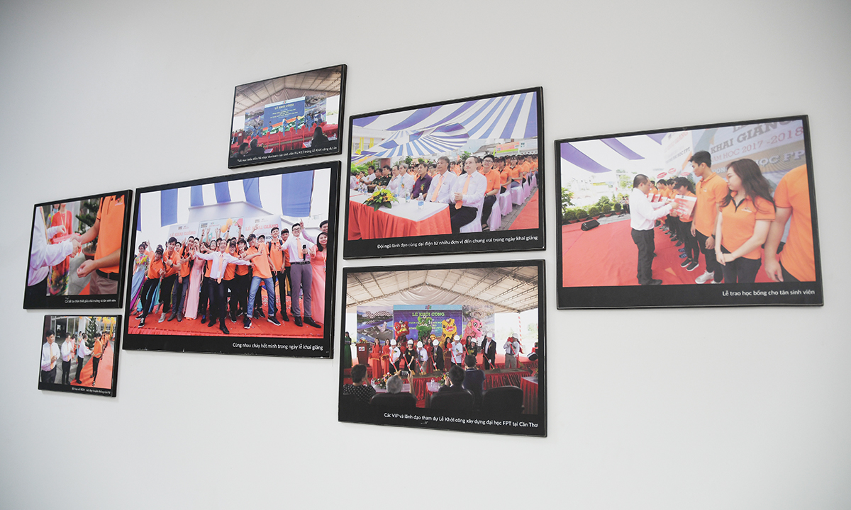 Tranh ảnh giới thiệu về các hoạt động của trường được treo gọn gàng trên các mảng tường trắng, dọc theo lối hành lang các tầng.